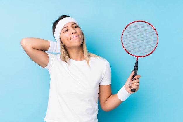 Młoda Caucasian Kobieta Bawić Się Badminton Odizolowywał Macanie Plecy Głowę, Główkowanie I Robić Wyborowi. Premium Zdjęcia