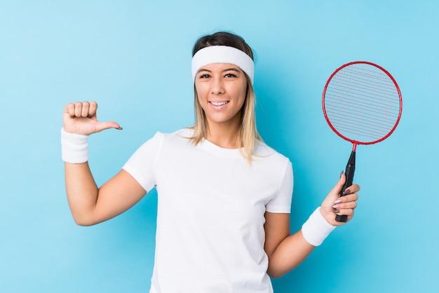 Młoda Caucasian Kobieta Grająca W Badmintona Na Białym Tle Czuje Się Dumna I Pewna Siebie, Przykład Do Naśladowania. Premium Zdjęcia