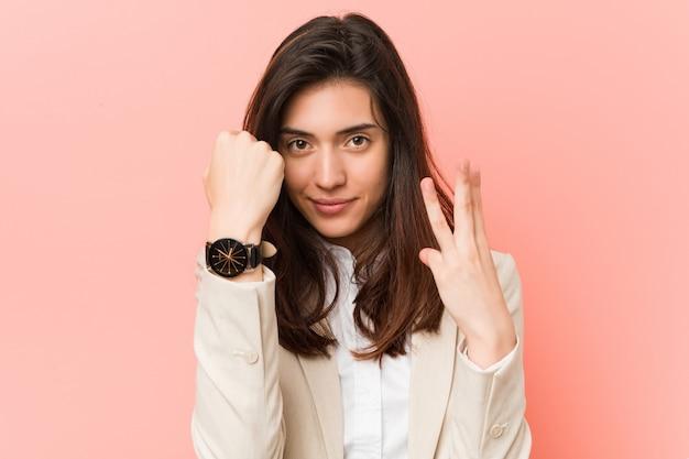 Młoda caucasian kobieta myśleć o czasie Premium Zdjęcia