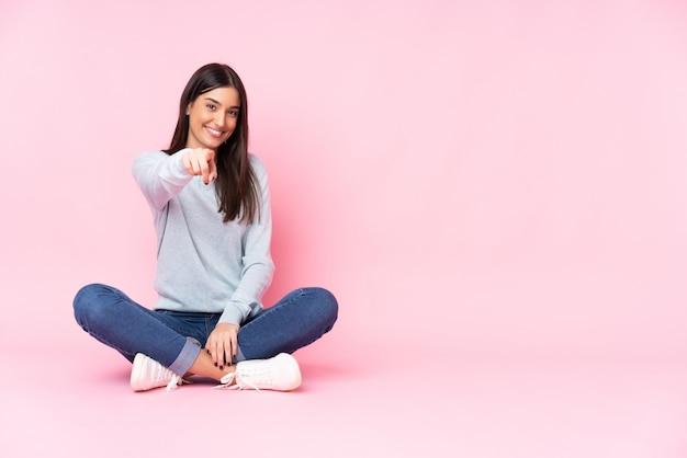 Młoda Caucasian Kobieta Odizolowywająca Na Różowych ściana Punktach Dotyka Ciebie Z Ufnym Wyrażeniem Premium Zdjęcia