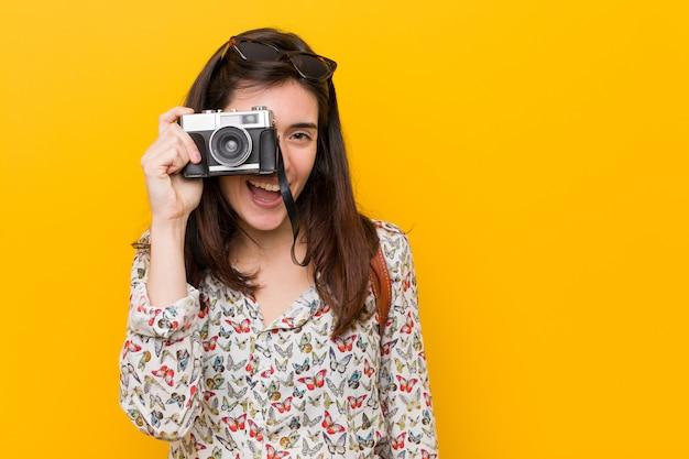 Młoda caucasian kobieta trzyma rocznika Premium Zdjęcia
