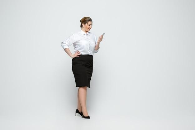 Młoda Caucasian Kobieta W Przypadkowej Odzieży. Ciało Pozytywne Kobiece Postaci, Plus Rozmiar Bizneswoman Darmowe Zdjęcia