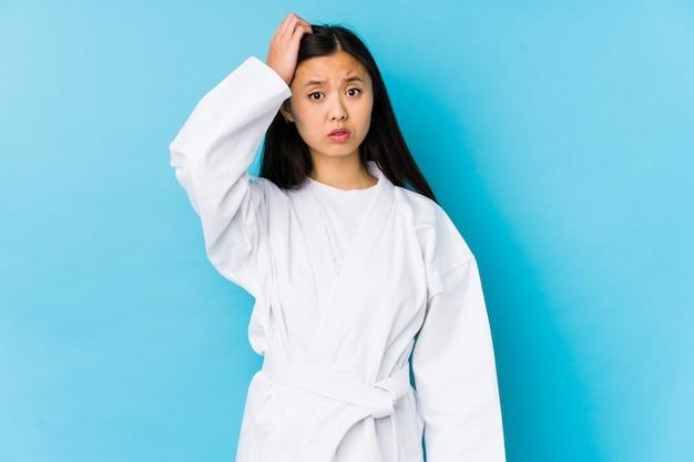 Młoda Chinka Uprawiająca Karate Na Białym Tle Jest Zszokowana, Pamiętała Ważne Spotkanie. Premium Zdjęcia