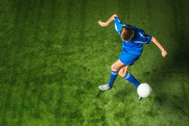 Młoda Chłopiec Z Piłki Nożnej Piłką Robi Latającemu Kopnięciu Darmowe Zdjęcia