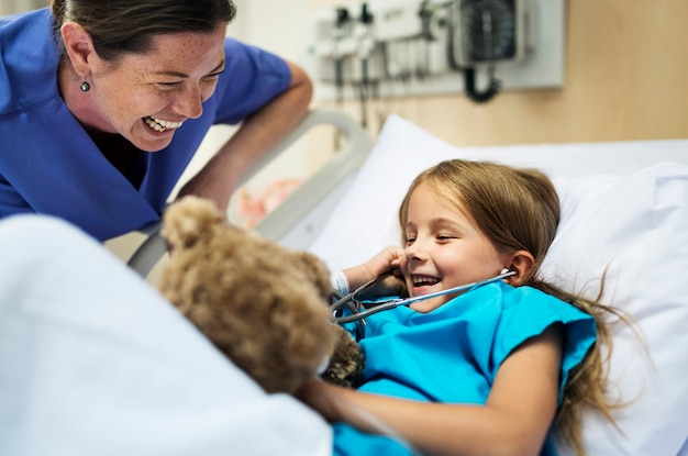 Młoda chora dziewczyna zostaje przy szpitalem Darmowe Zdjęcia