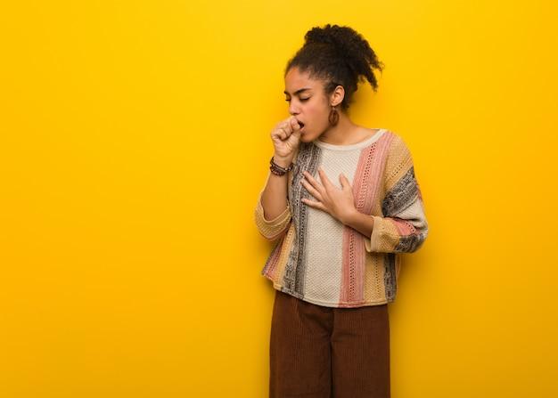 Młoda Czarna Afroamerykanka Z Niebieskimi Oczami Kaszel, Chory Z Powodu Wirusa Lub Infekcji Premium Zdjęcia