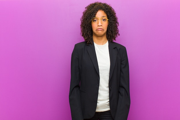 Młoda Czarna Biznesowa Kobieta Czuje Się Smutna I Zestresowana, Zdenerwowana Z Powodu Złej Niespodzianki, Z Negatywnym, Niespokojnym Spojrzeniem Premium Zdjęcia