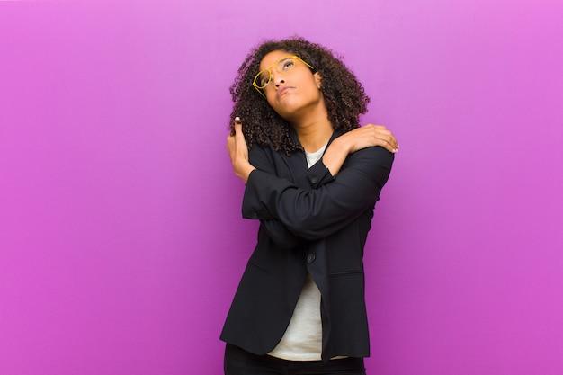 Młoda Czarna Kobieta Biznesu Zakochana, Uśmiechnięta, Przytulająca Się I Przytulająca, Pozostająca Singlem, Będąca Samolubna I Egocentryczna Premium Zdjęcia
