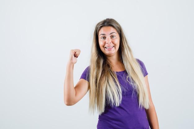 Młoda Dama Pokazując Gest Zwycięzcy W Fioletowej Koszulce I Patrząc Szczęśliwy, Widok Z Przodu. Darmowe Zdjęcia