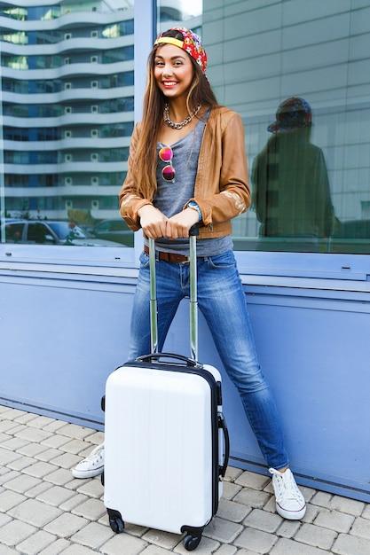 Młoda Dziewczyna Całkiem Sprawny Pozowanie Z Bagażem W Pobliżu Lotniska Darmowe Zdjęcia