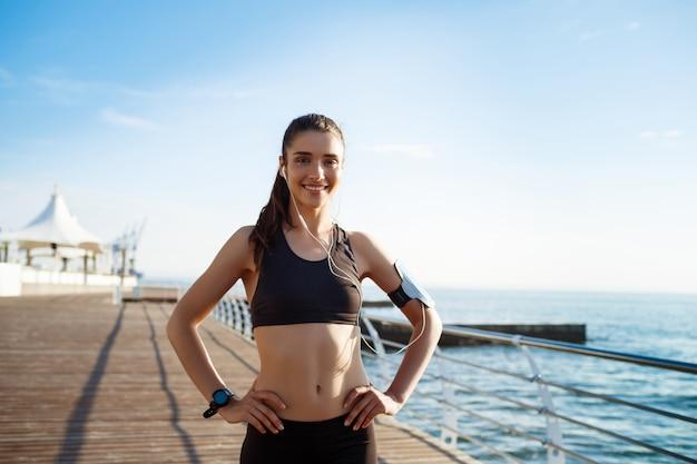 Młoda Dziewczyna Fitness Gotowy Do ćwiczeń Sportowych Nad Morzem Darmowe Zdjęcia