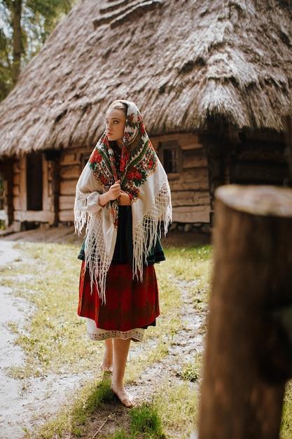 Młoda Dziewczyna Idzie Po Wsi W Tradycyjnym Ukraińskim Stroju Darmowe Zdjęcia