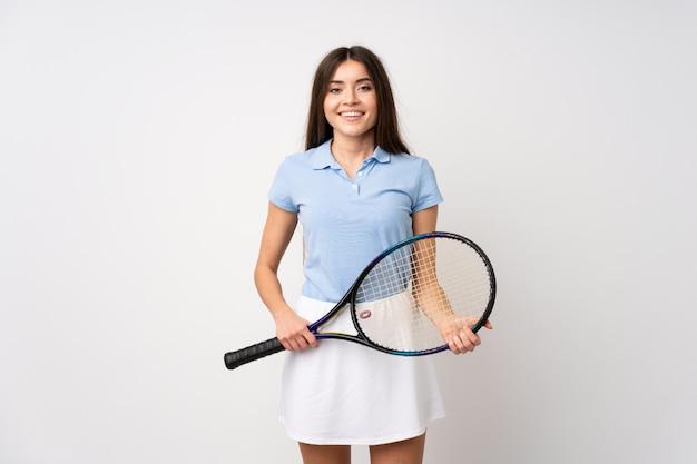Młoda dziewczyna nad odosobnioną biel ścianą bawić się tenisa Premium Zdjęcia
