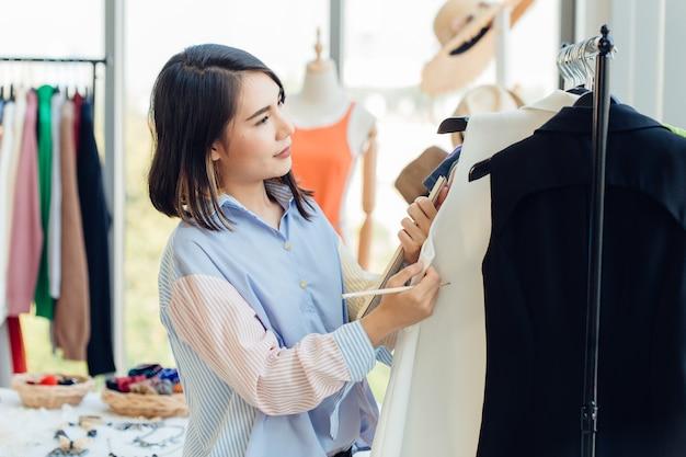Młoda Dziewczyna Nastolatek Sklep Z Modą Właściciel Firmy Mśp Sprawdzający Stan Zapasów W Celu Zamówienia Nowych Produktów Premium Zdjęcia