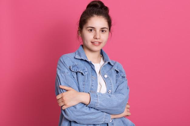 Młoda Dziewczyna O Przyjemnym Wyglądzie Stojąca Przy Różowej ścianie, Sukienki Kurtka Dżinsowa I Biała Koszula Darmowe Zdjęcia
