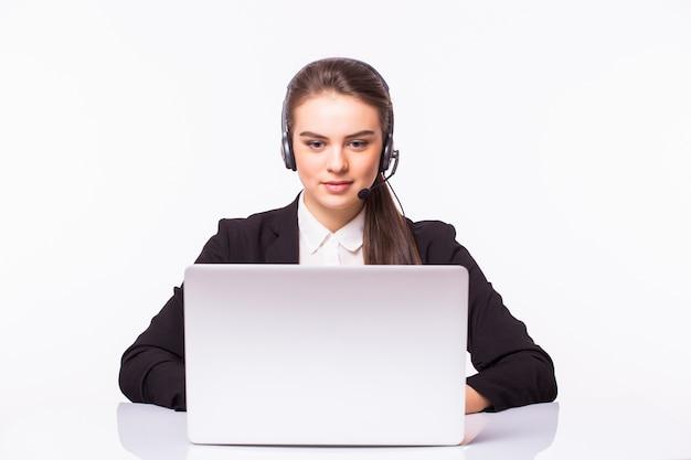 Młoda Dziewczyna Obsługi Klienta Z Zestawem Słuchawkowym W Jej Miejscu Pracy Na Białym Tle Na Białej ścianie Darmowe Zdjęcia