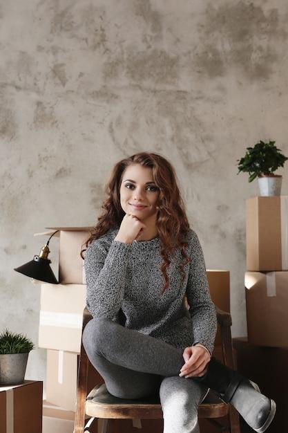 Młoda Dziewczyna Pakuje Rzeczy Do Nowego Mieszkania Darmowe Zdjęcia