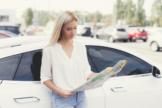 Młoda Dziewczyna Patrzy Na Mapę Autostrad. Premium Zdjęcia