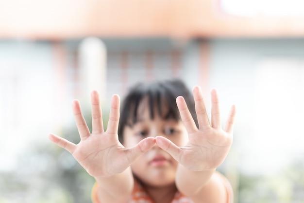 Młoda Dziewczyna Pokazuje Jej Dłonie Premium Zdjęcia