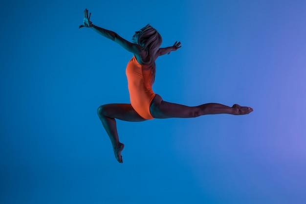 Młoda Dziewczyna Robi Gimnastyki ćwiczeniu Odizolowywającemu Darmowe Zdjęcia