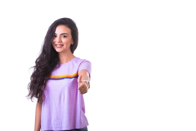 Młoda Dziewczyna Robi Znak Pozytywnej Ręki Darmowe Zdjęcia