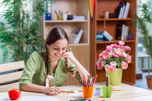 Młoda Dziewczyna Rysowania Zdjęć W Domu Premium Zdjęcia