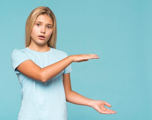 Młoda Dziewczyna Seansu Rozmiar Z Rękami Darmowe Zdjęcia