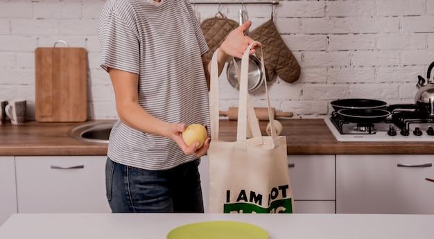 Młoda Dziewczyna Trzyma Sukienną Torbę. W Kuchni Nie Jestem Plastykiem. Premium Zdjęcia