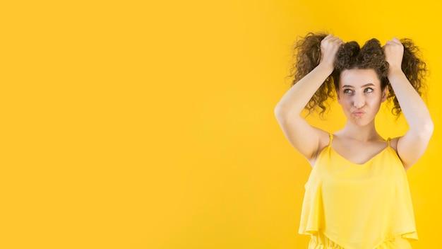 Młoda Dziewczyna Trzyma Włosy W Zabawny Sposób Darmowe Zdjęcia