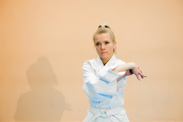 Młoda Dziewczyna Ubrana W Hakama Uprawiania Aikido. Premium Zdjęcia