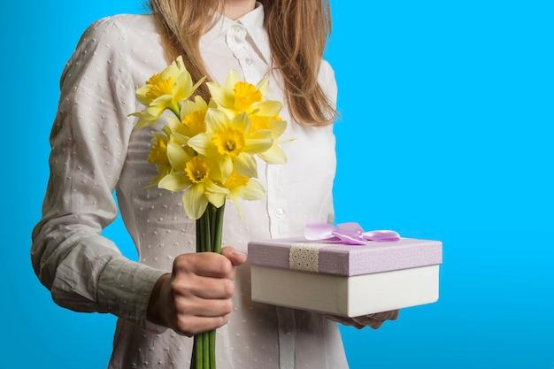 Młoda Dziewczyna W Białej Koszuli Trzyma Bukiet Kwiatów Premium Zdjęcia