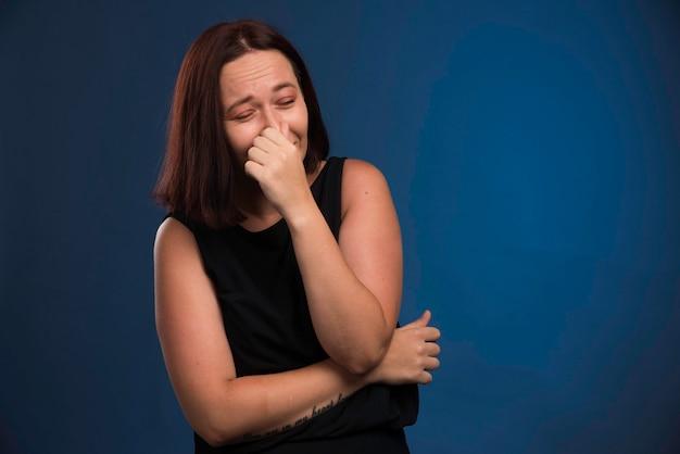 Młoda Dziewczyna W Czarnej Koszuli, Trzymając Oddech. Darmowe Zdjęcia