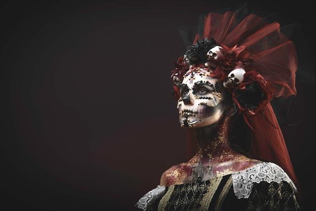 Młoda dziewczyna w obrazie santa muerte Premium Zdjęcia
