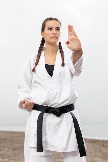 Młoda Dziewczyna W Stroju Karate Na Zewnątrz Darmowe Zdjęcia