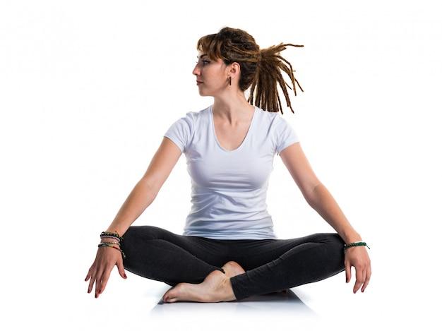 Młoda dziewczyna z dreadlocks robi joga Premium Zdjęcia