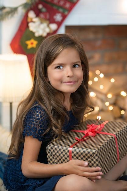 Młoda Dziewczyna Z Prezentem Z Prezentem Darmowe Zdjęcia