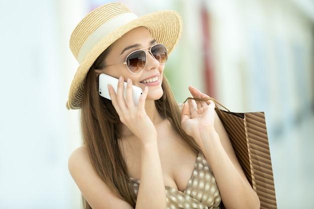 Młoda Dziewczyna Z Słomkowy Kapelusz Rozmawia Przez Telefon Darmowe Zdjęcia