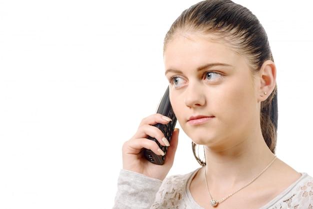Młoda elegancka kobieta opowiada na telefonie Premium Zdjęcia