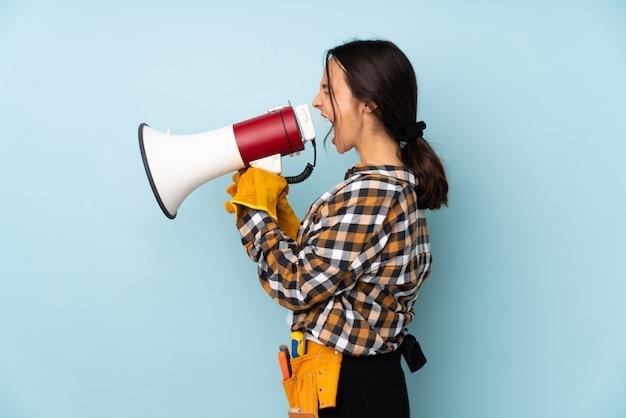 Młoda Elektryk Kobieta Na Odosobnionej ścianie Premium Zdjęcia