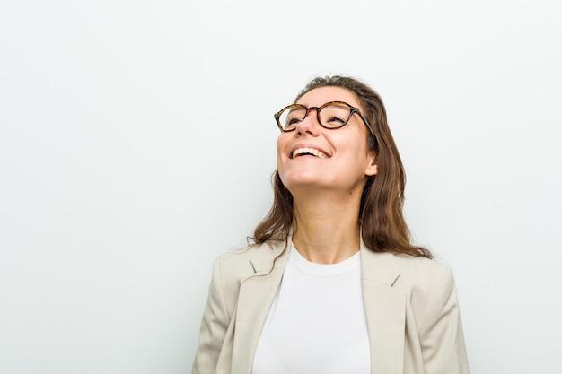 Młoda Europejska Bizneswoman Zrelaksowana I Szczęśliwa, śmiejąca Się, Wyciągnięta Szyja, Pokazująca Zęby. Premium Zdjęcia