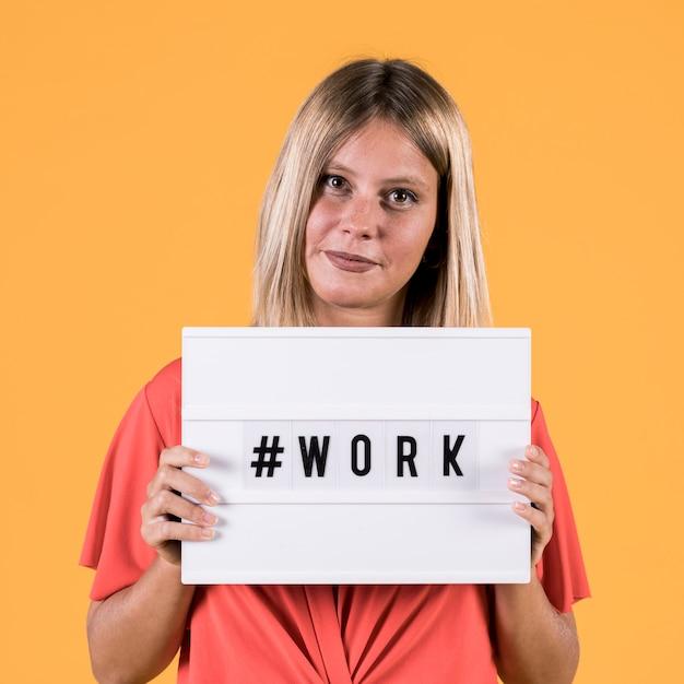 Młoda Głucha Kobieta Pokazuje Lekkiego Pudełko Z Hash Tag Pracy Tekstem Na żółtym Tle Darmowe Zdjęcia