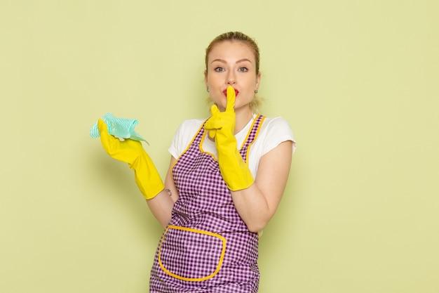 Młoda Gospodyni Domowa W Koszuli I Kolorowej Pelerynie W żółtych Rękawiczkach Pokazuje Znak Ciszy Na Zielono Darmowe Zdjęcia