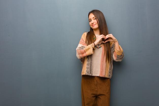 Młoda Hipis Kobieta Robi Kierowemu Kształtowi Z Rękami Premium Zdjęcia