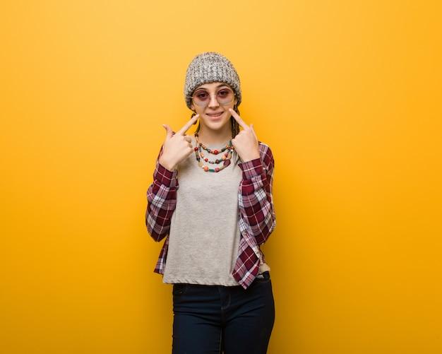 Młoda Hipis Naturalna Kobieta Uśmiecha Się, Wskazując Usta Premium Zdjęcia