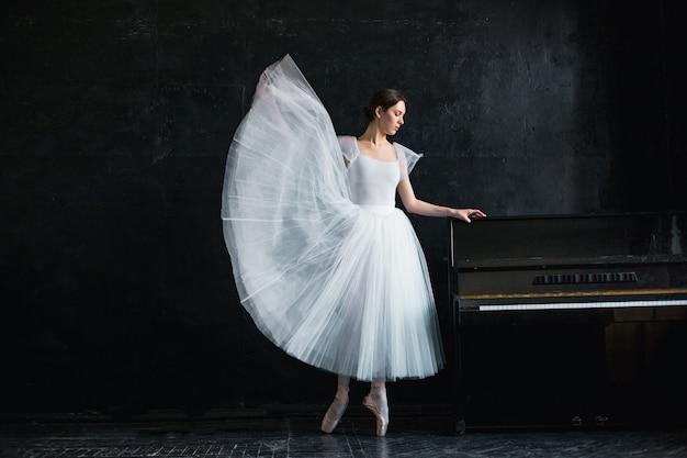 Młoda I Niezwykle Piękna Baletnica Pozuje W Czarnym Studio Darmowe Zdjęcia