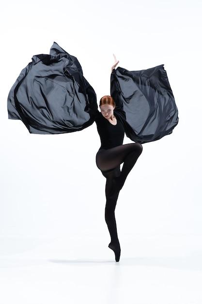 Młoda I Pełna Wdzięku Tancerka Baletowa W Minimalistycznym Stylu Czarno Na Białym Tle Na Tle Białego Studia. Darmowe Zdjęcia
