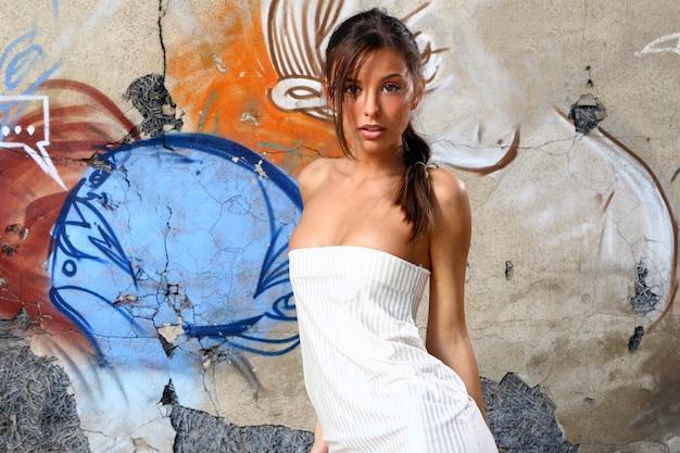 Młoda i piękna kobieta na ulicy Darmowe Zdjęcia