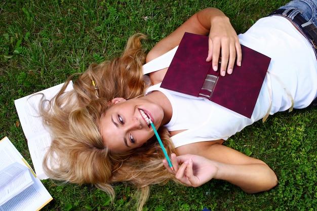 Młoda i piękna studentka Darmowe Zdjęcia
