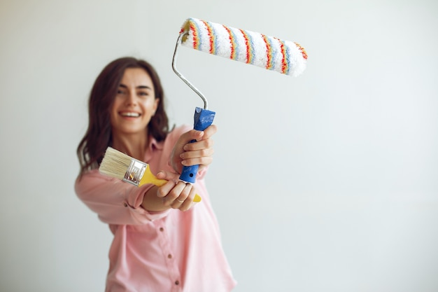Młoda i urocza kobieta naprawia pokój Darmowe Zdjęcia
