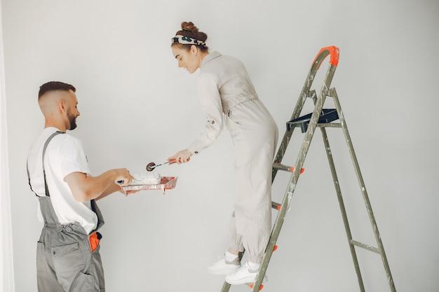 Młoda i urocza para naprawia pokój Darmowe Zdjęcia